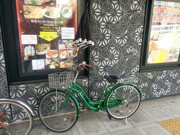 Bicicleta con candado en la cestita en Japón