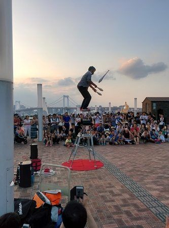 Espectáculo de malabares en plaza de Odaiba, Tokyo