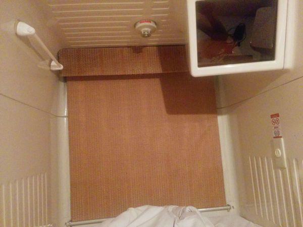 Interior de cápsula en hotel japonés