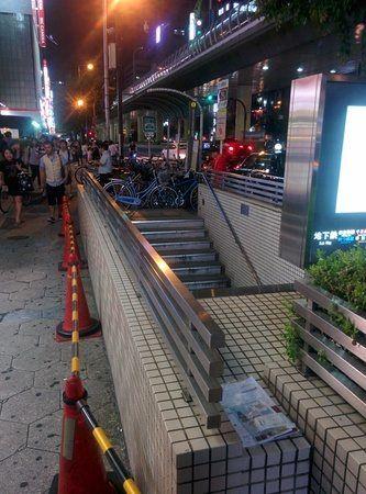 Pasaporte olvidado en una calle de Japón